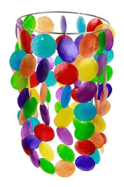 Deze prachtige kleurrijke windmobiel heeft 14strengen met ieder 7 verschillende,gekleurderonden schelpen. ...