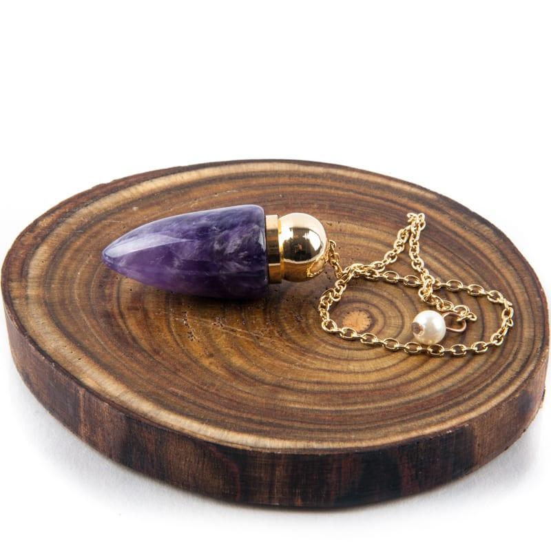 paarse pendel gouden ketting op hout