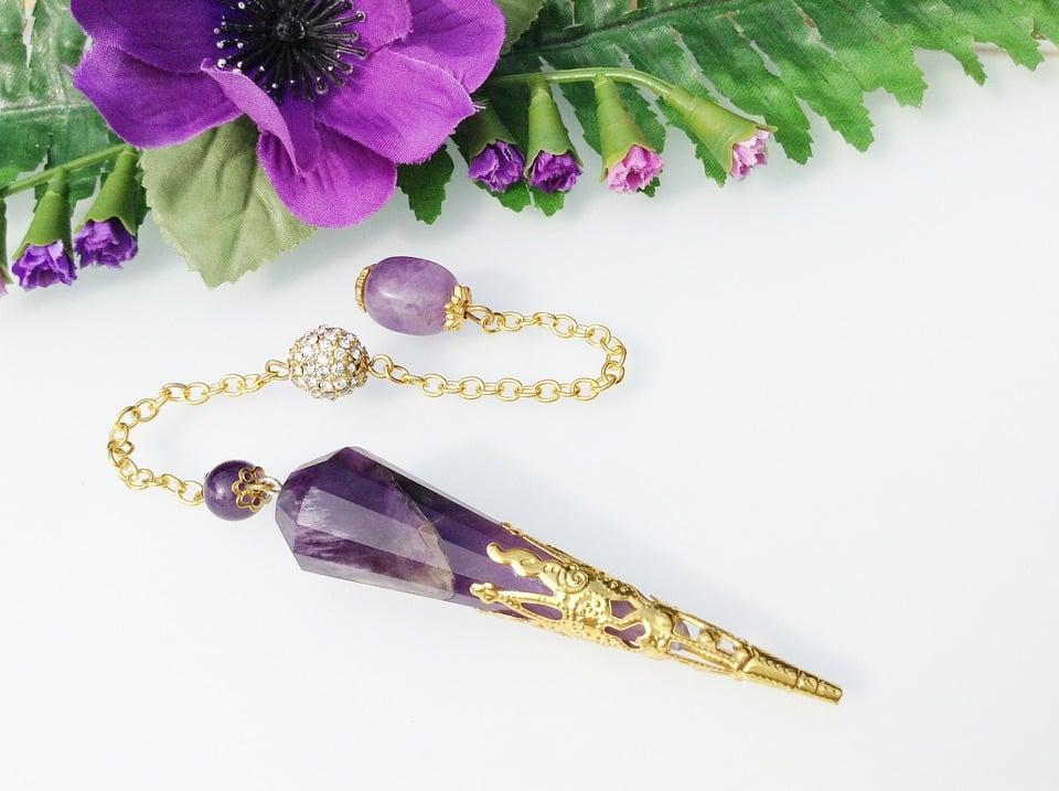 paars met gouden pendel paarse bloem