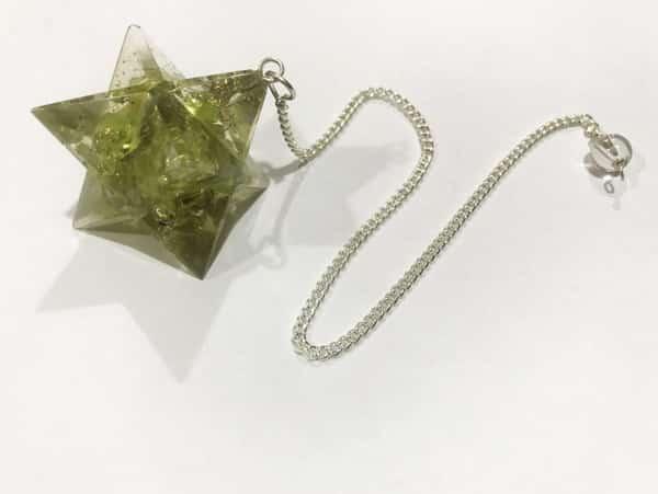 Peridoot, ook wel chrysoliet of olivijn genoemd,is een meridiaansteen die je zal helpen om oude karma op te ...