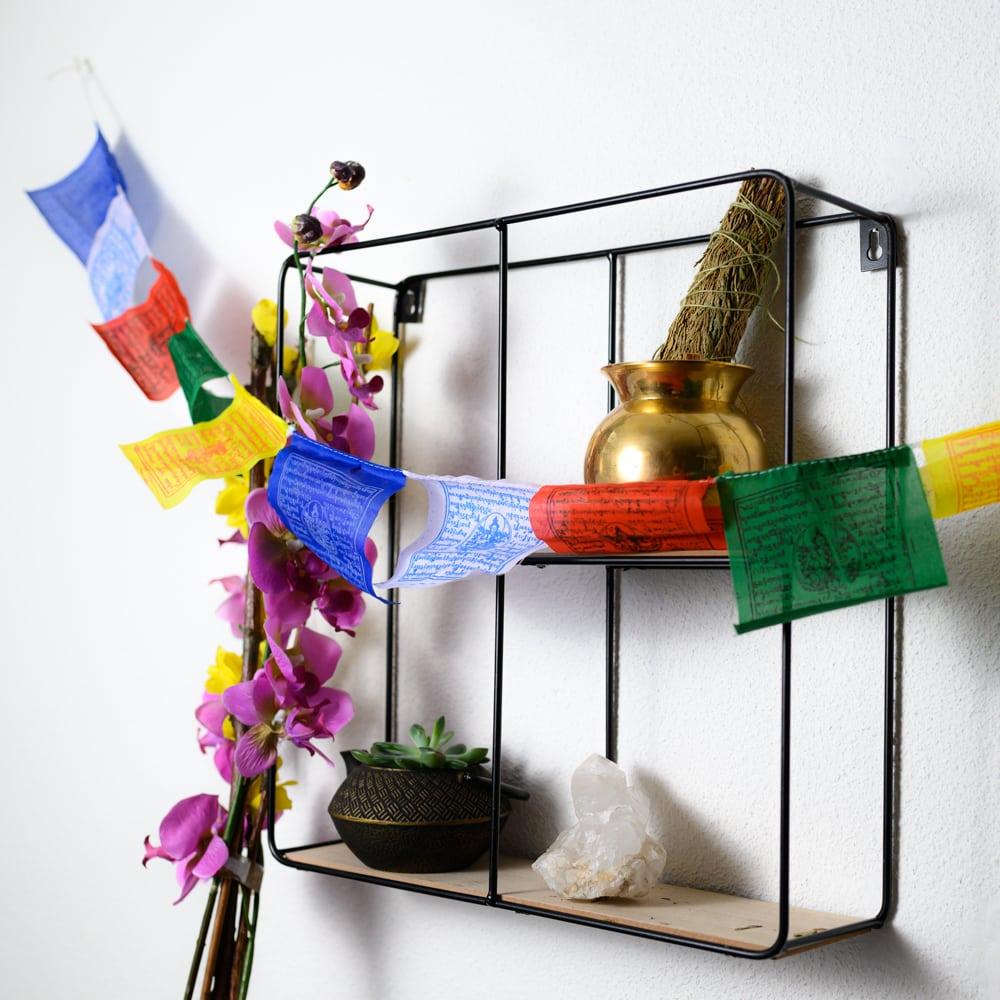 Tibetaanse gebedsvlaggetjes slinger in allerlei kleuren edelsteen