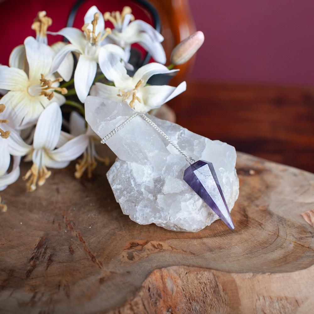 edelstenen pendel amethist op bergkristal met bloemen