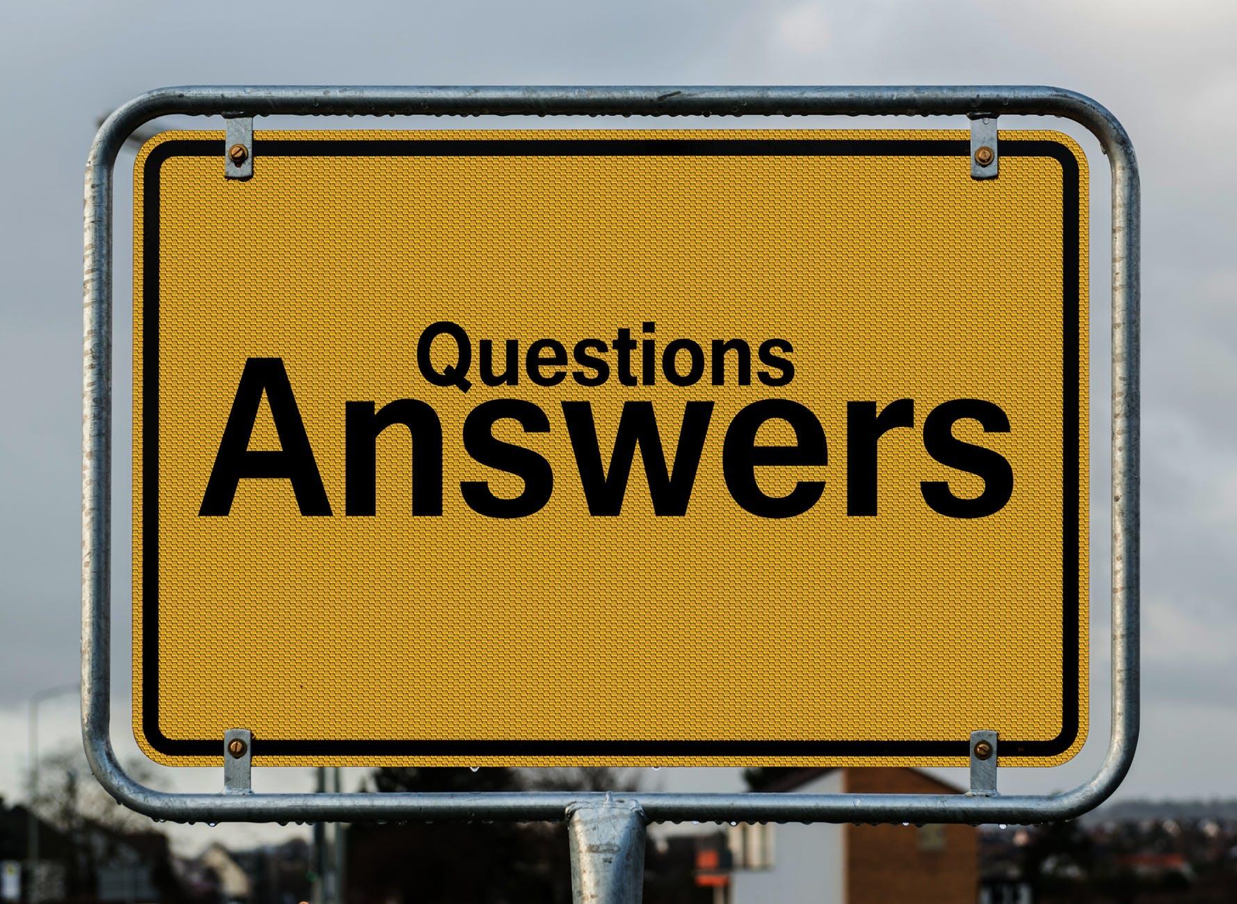 geel bord met tekst vragen antwoorden