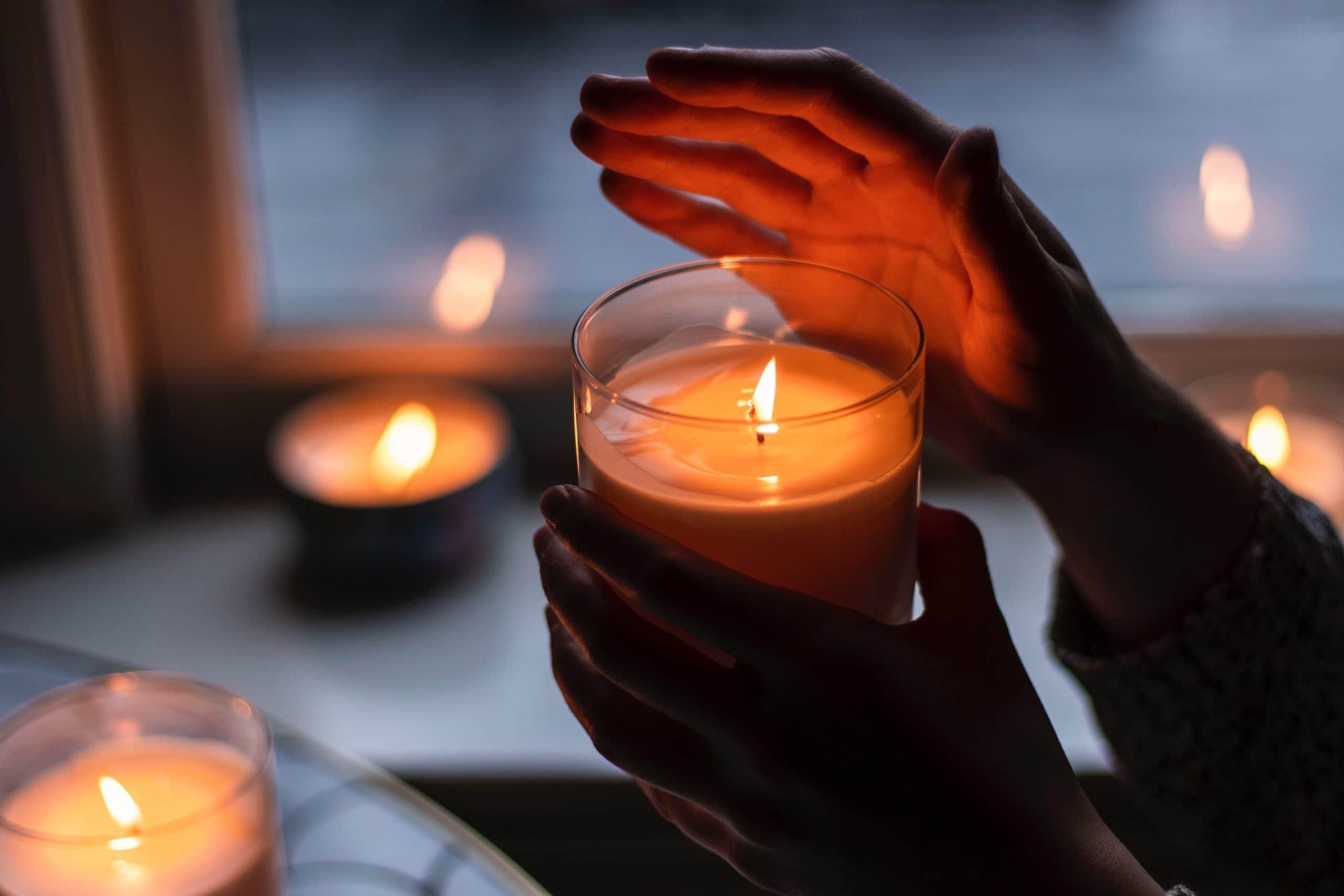 Hand met kaarsen