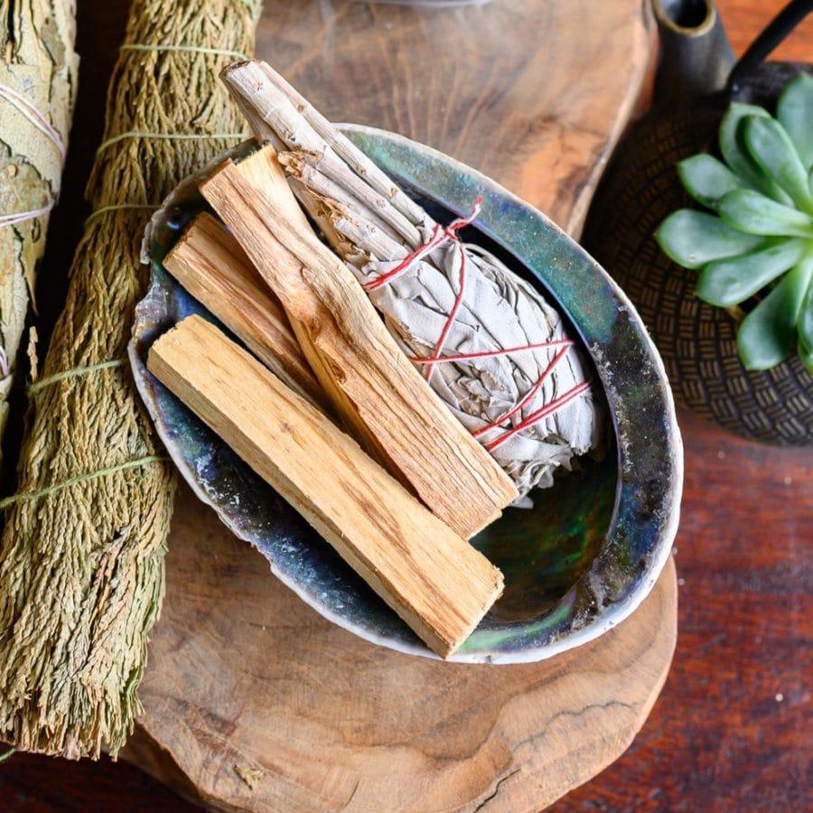 palo santo en salie smudge stick in abalone schelp spirituele schelpen