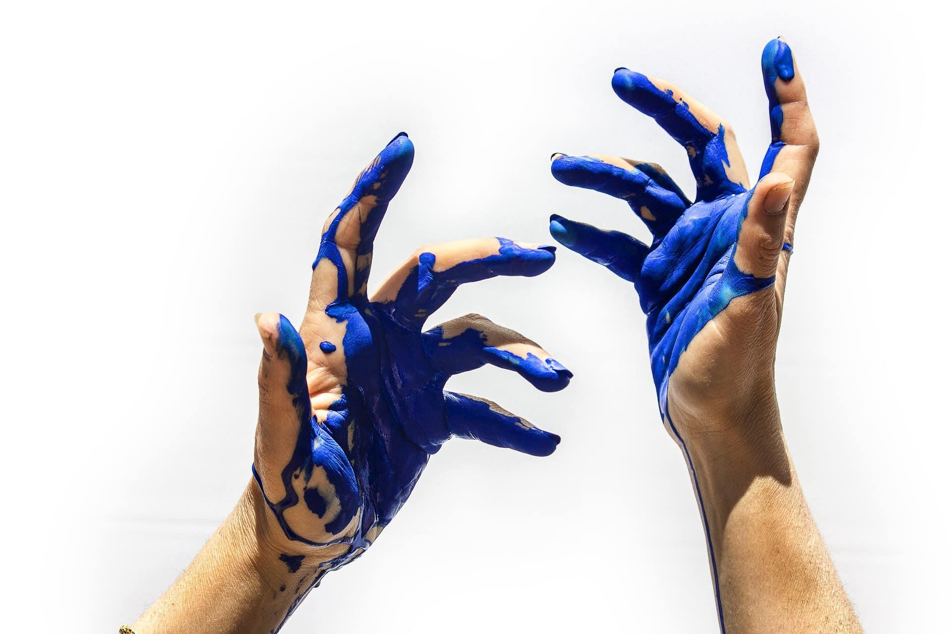 twee blauw geverfde handen