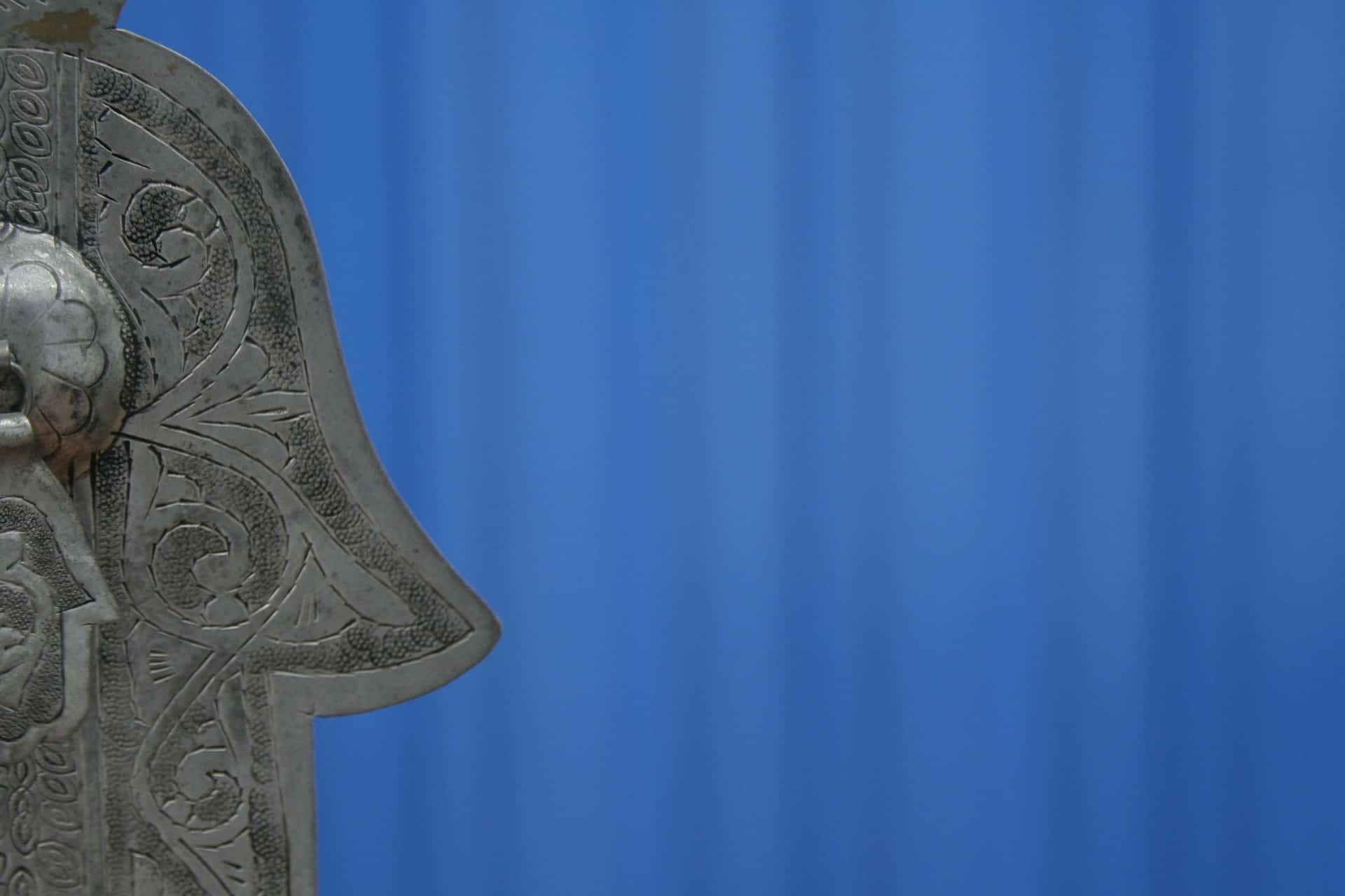 halve hand van fatima zilver op blauwe achtergrond