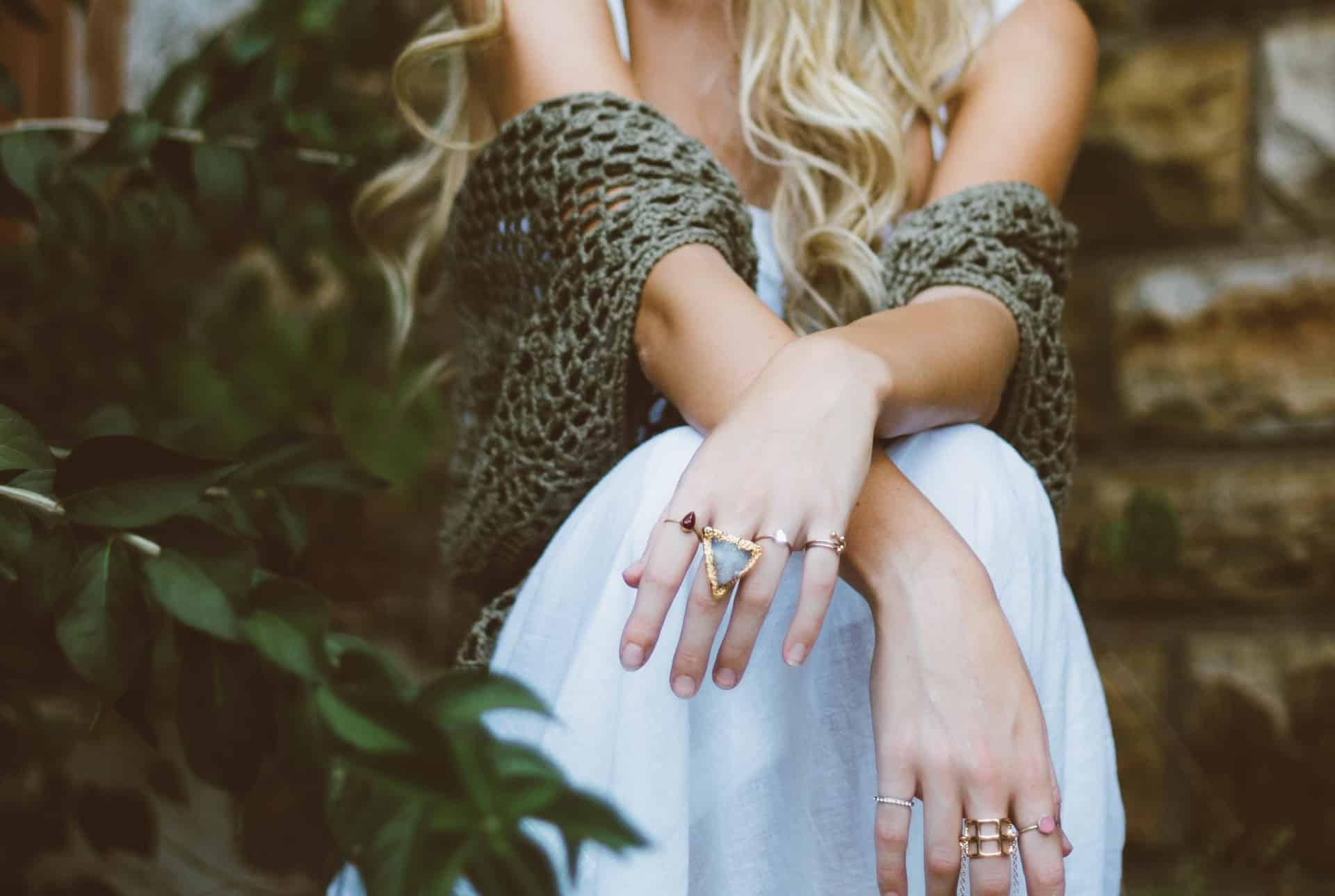 vrouw handen ringen zittend