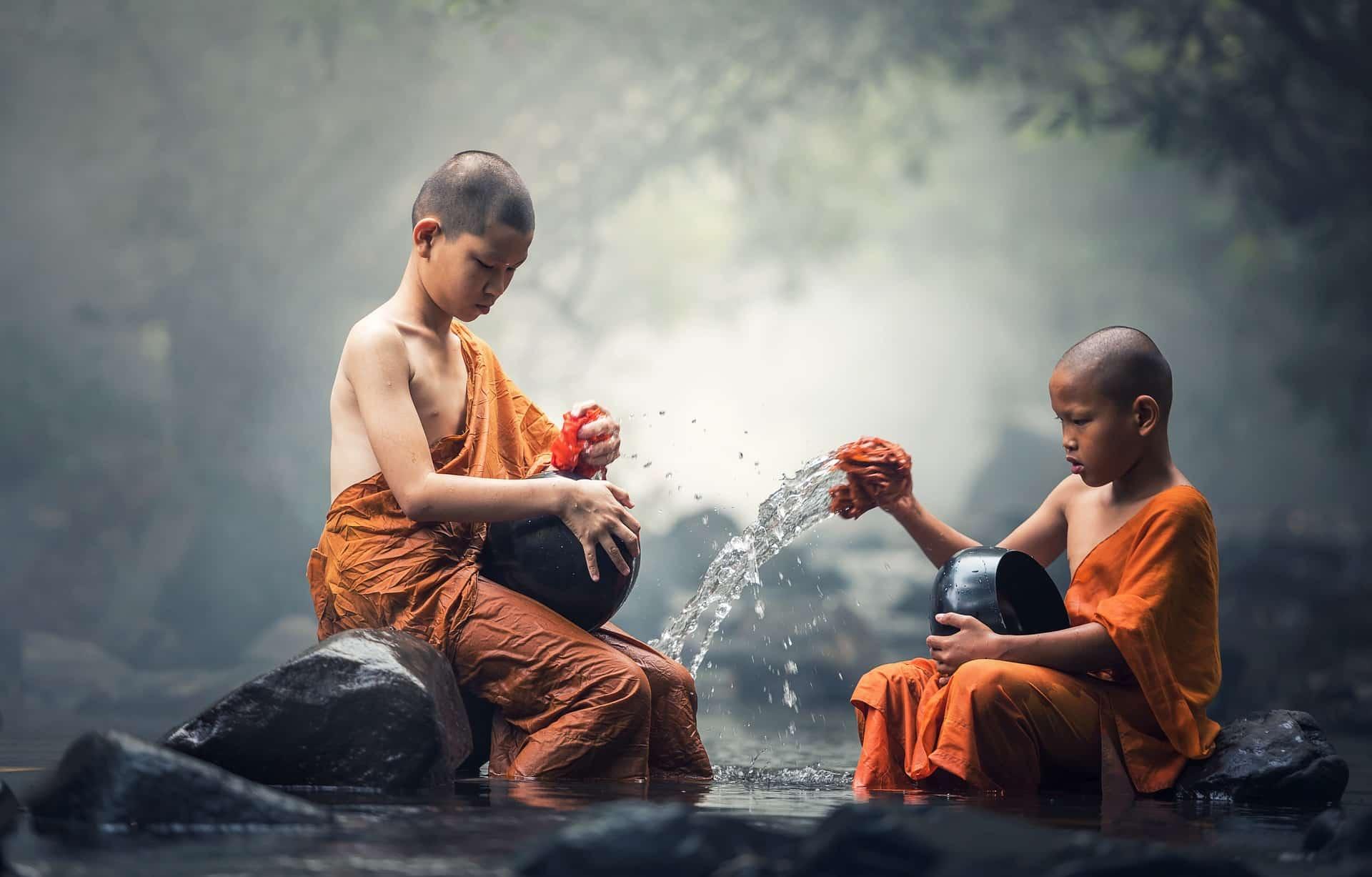 schoonmaken in rivier kinderen