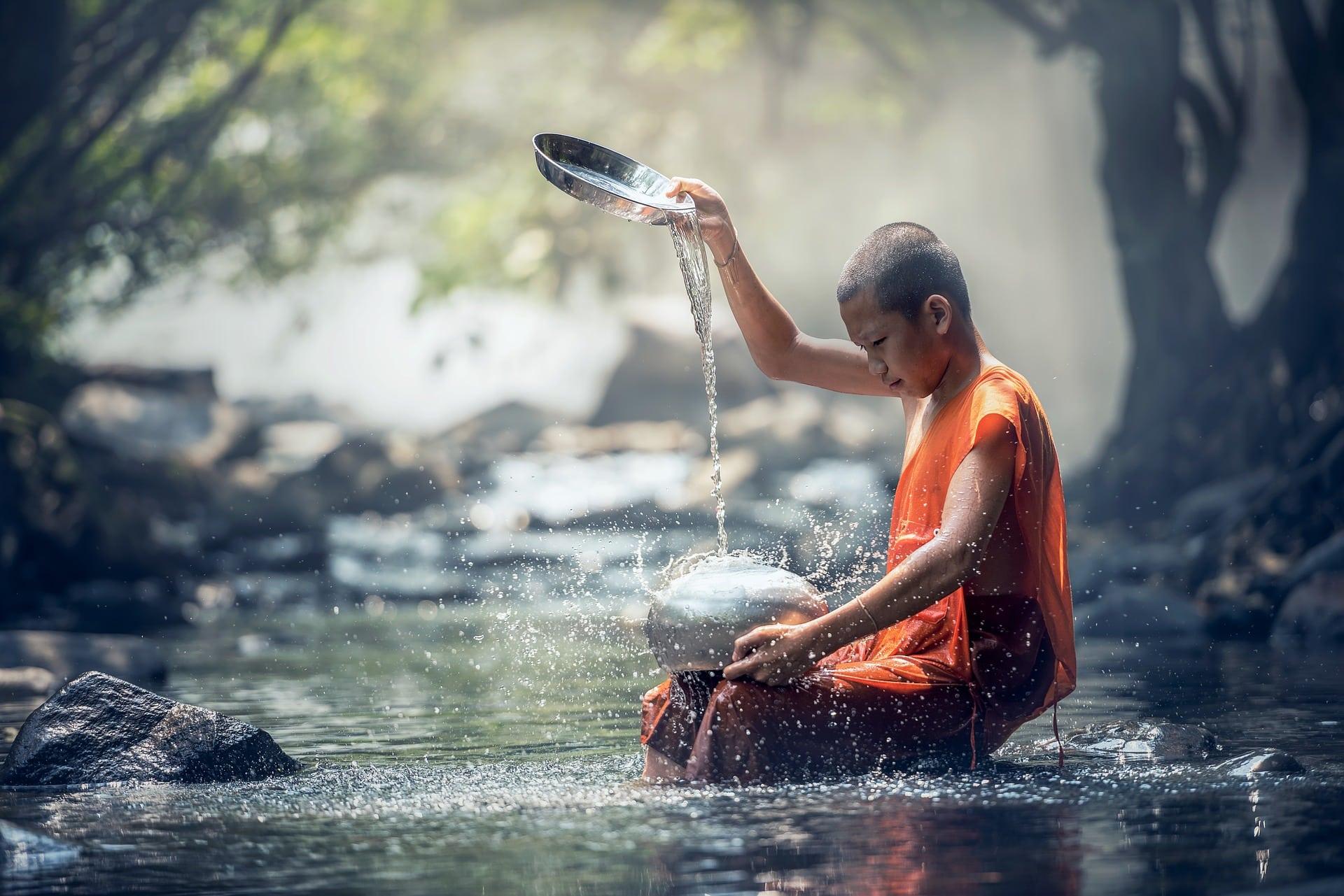 jongetje in het water met klankschaal