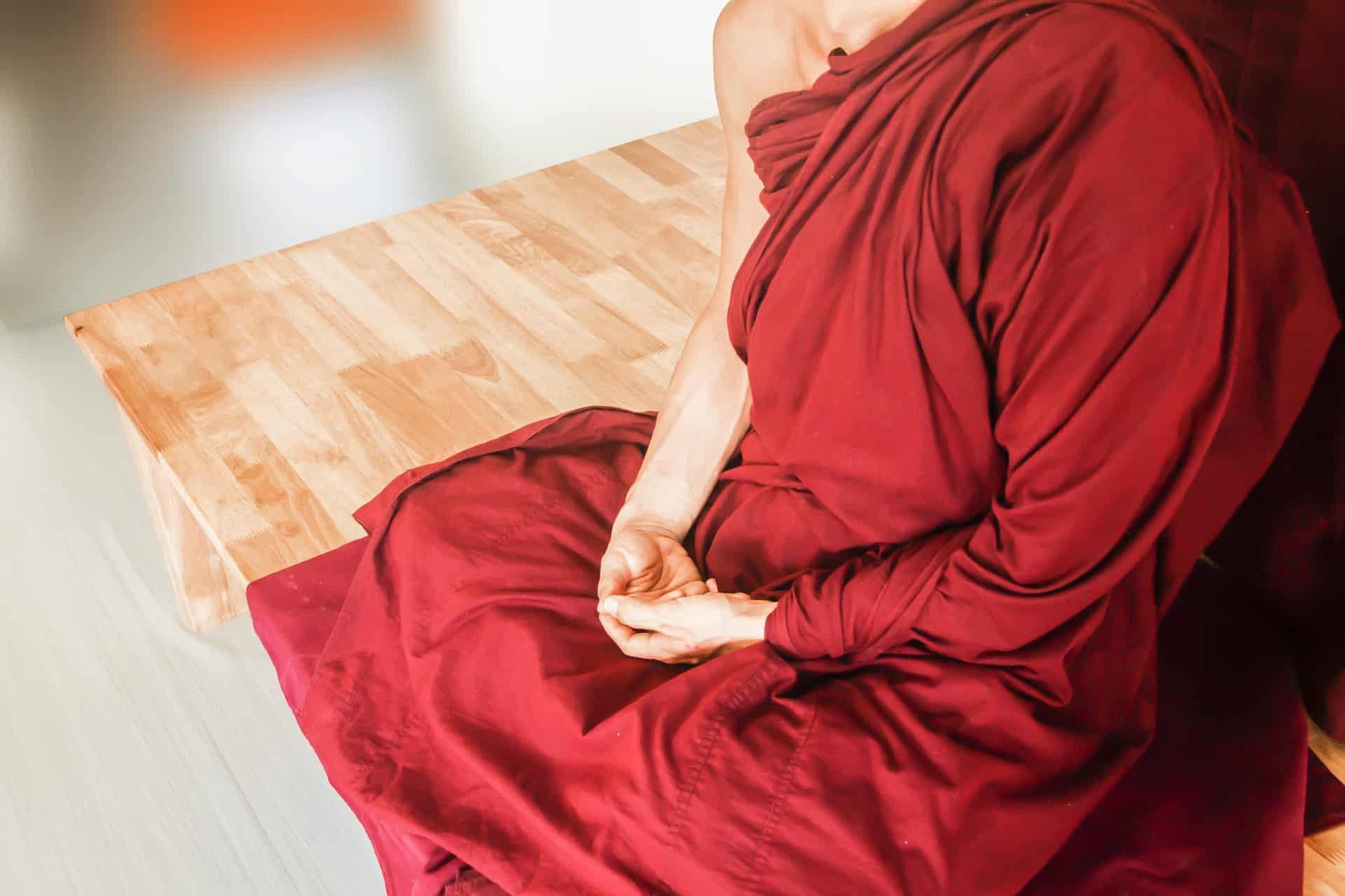 meditatie houding rood gewaad handen