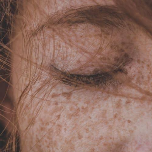 close up van vrouw rood haar gesloten oog
