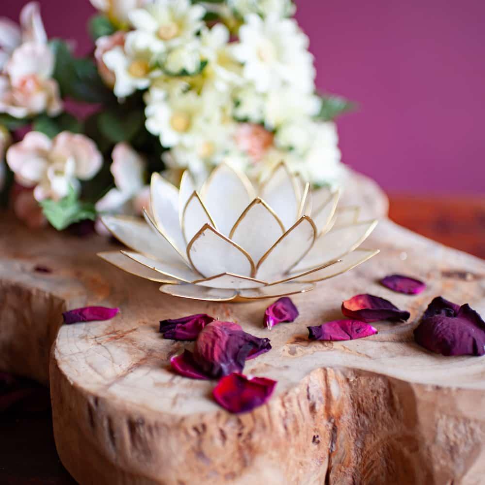 witte lotusbloem kaarshouder op een houten plateau