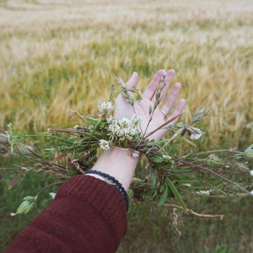 arm met krans planten bloemen