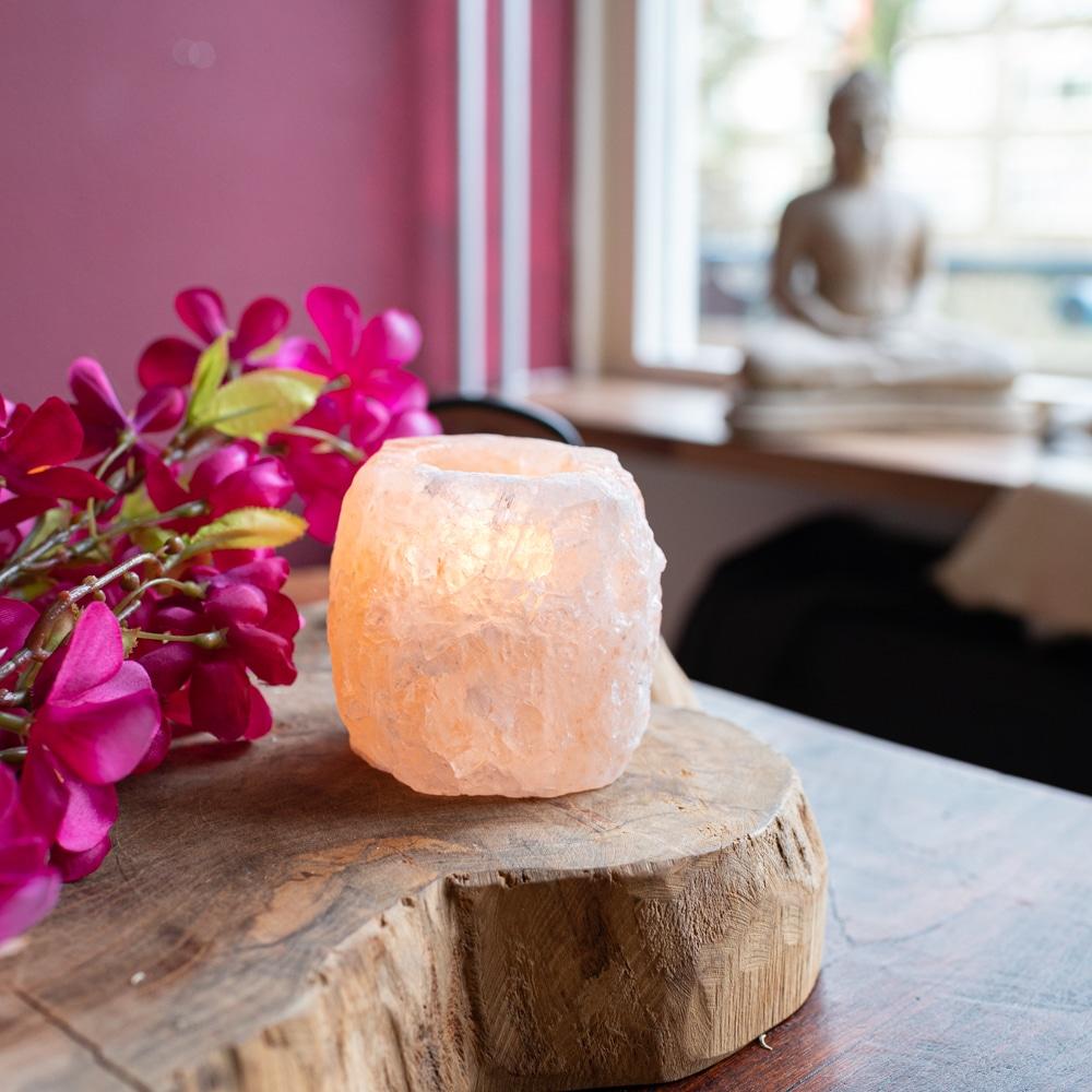 Roze theelichthouder himalaya zout met boeddha beeld