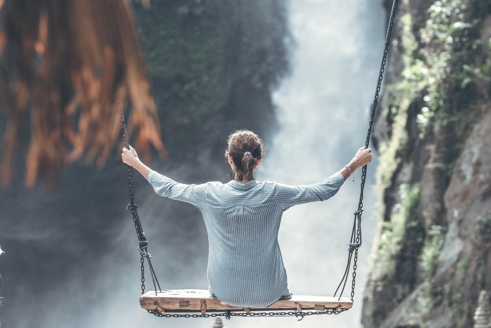 vrouw schommel bergen schommelstoel landschap