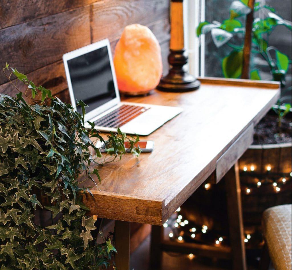 Himalaya Zoutlamp naast laptop