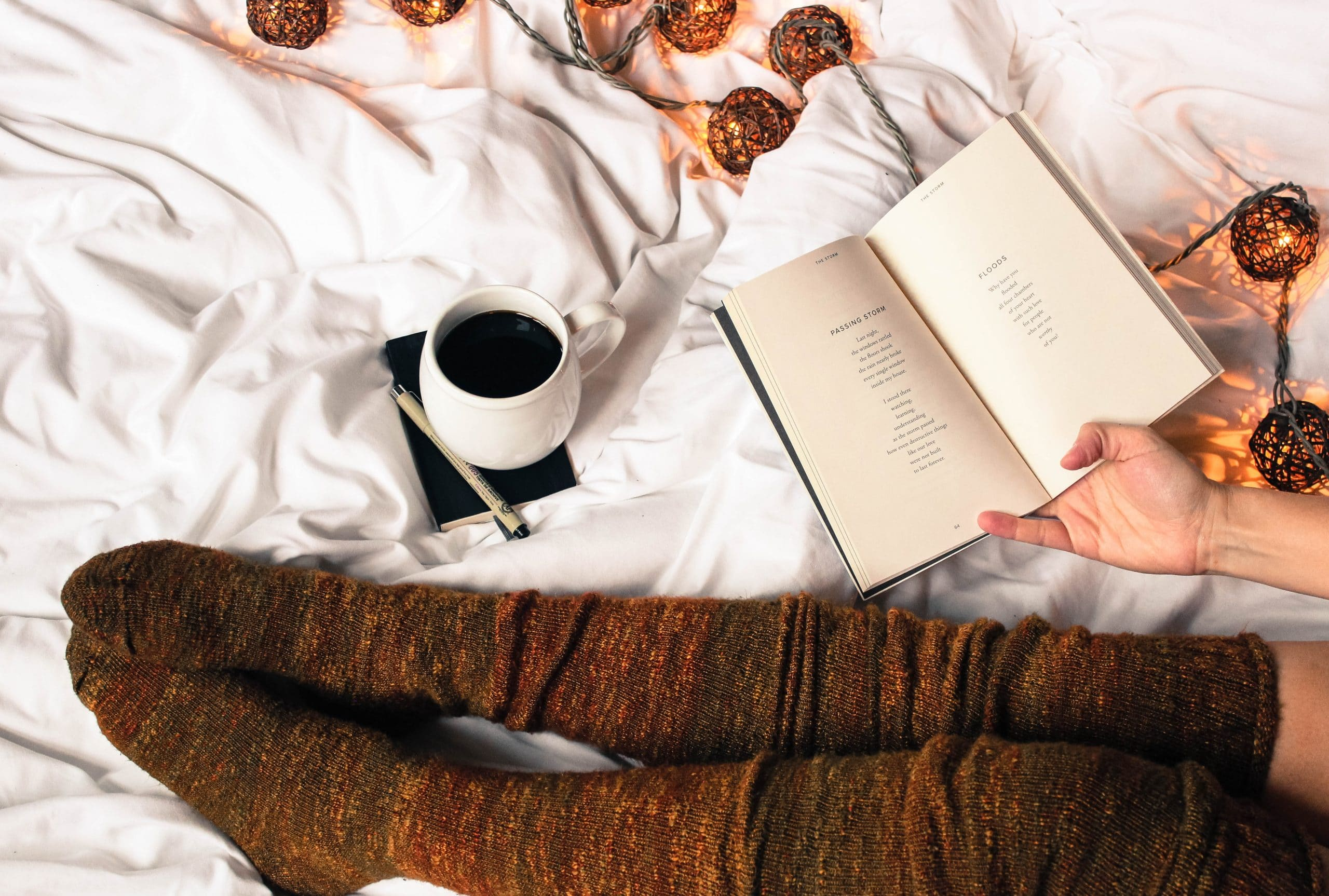 liggen bed koffie boek lampjes sokken dekbed relax