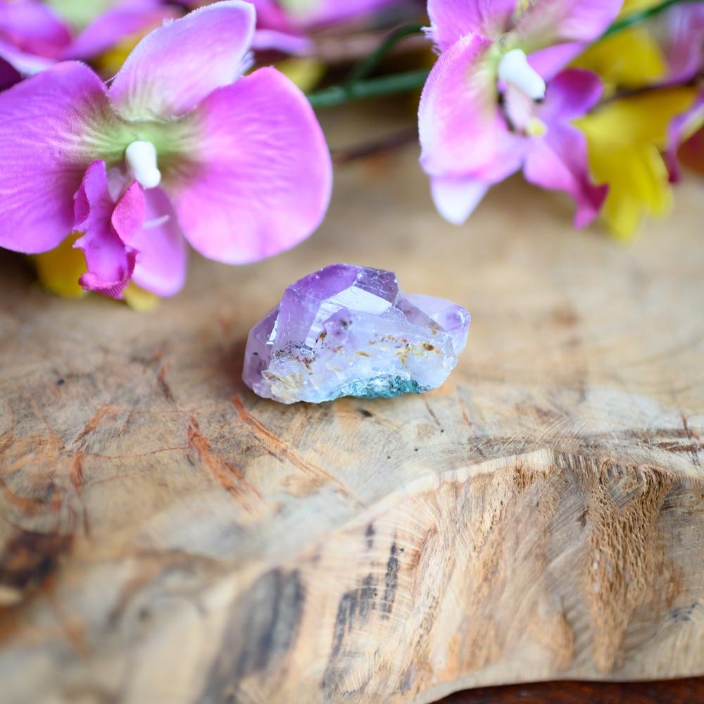 Paarse amethist op hout met bloemen