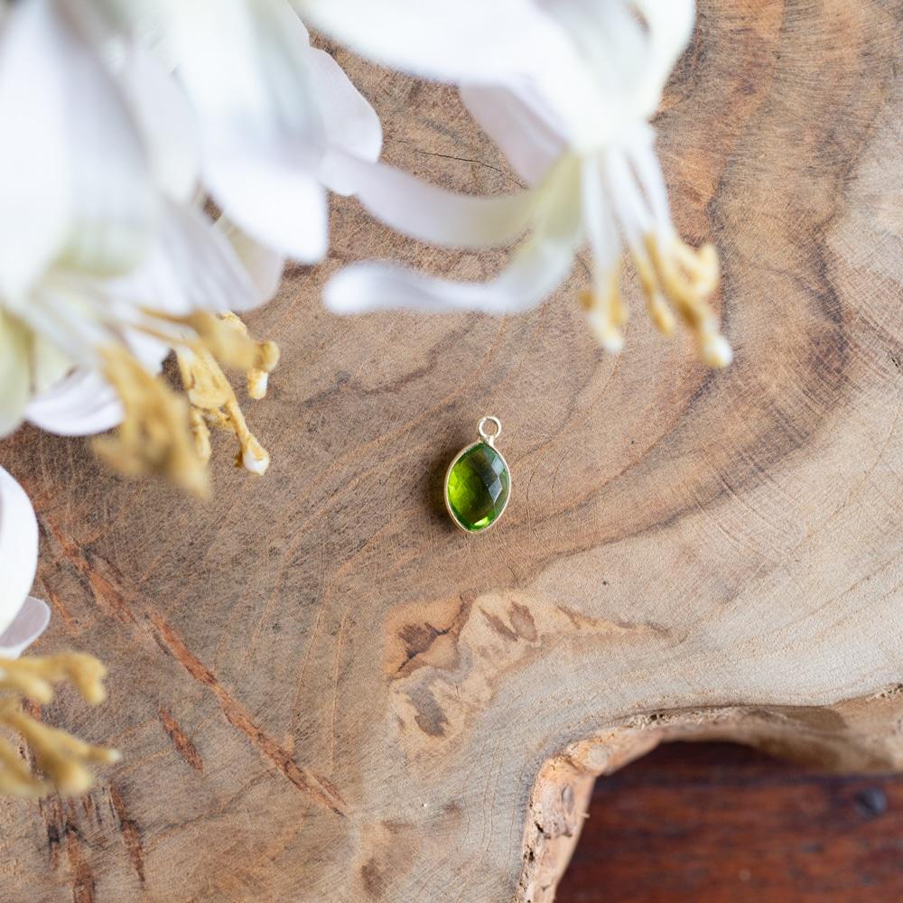 Peridoot edelsteen geelgroen op hout