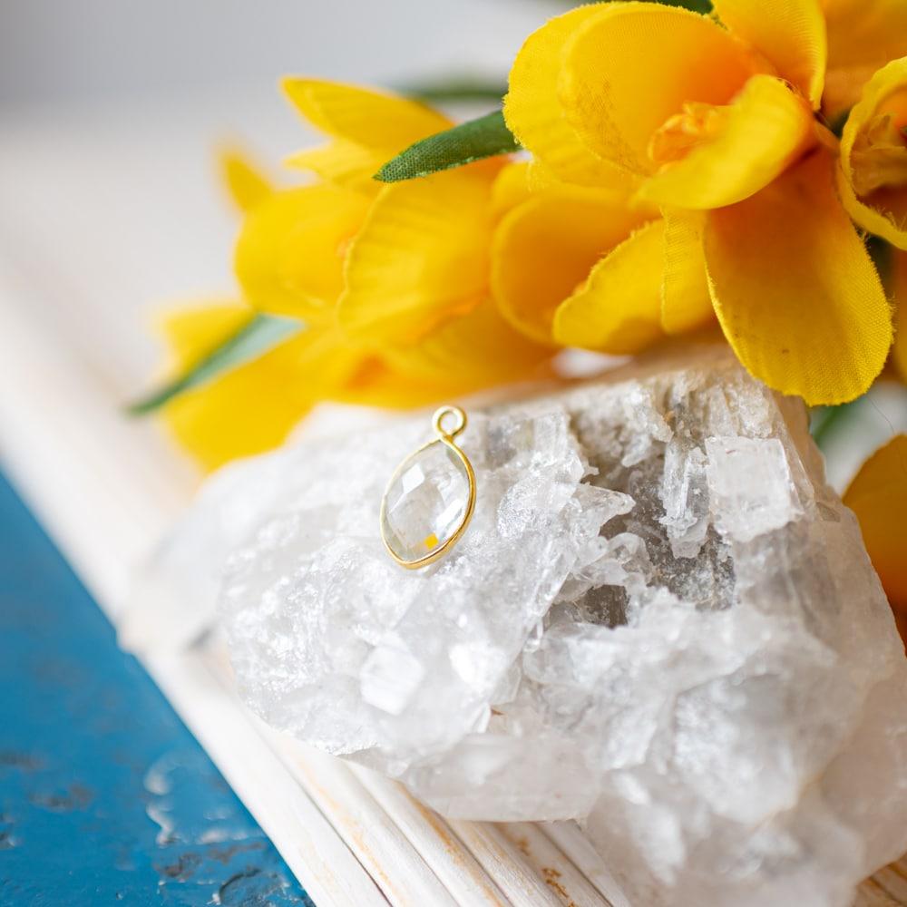 Diamant edelsteen goud en gele bloemen