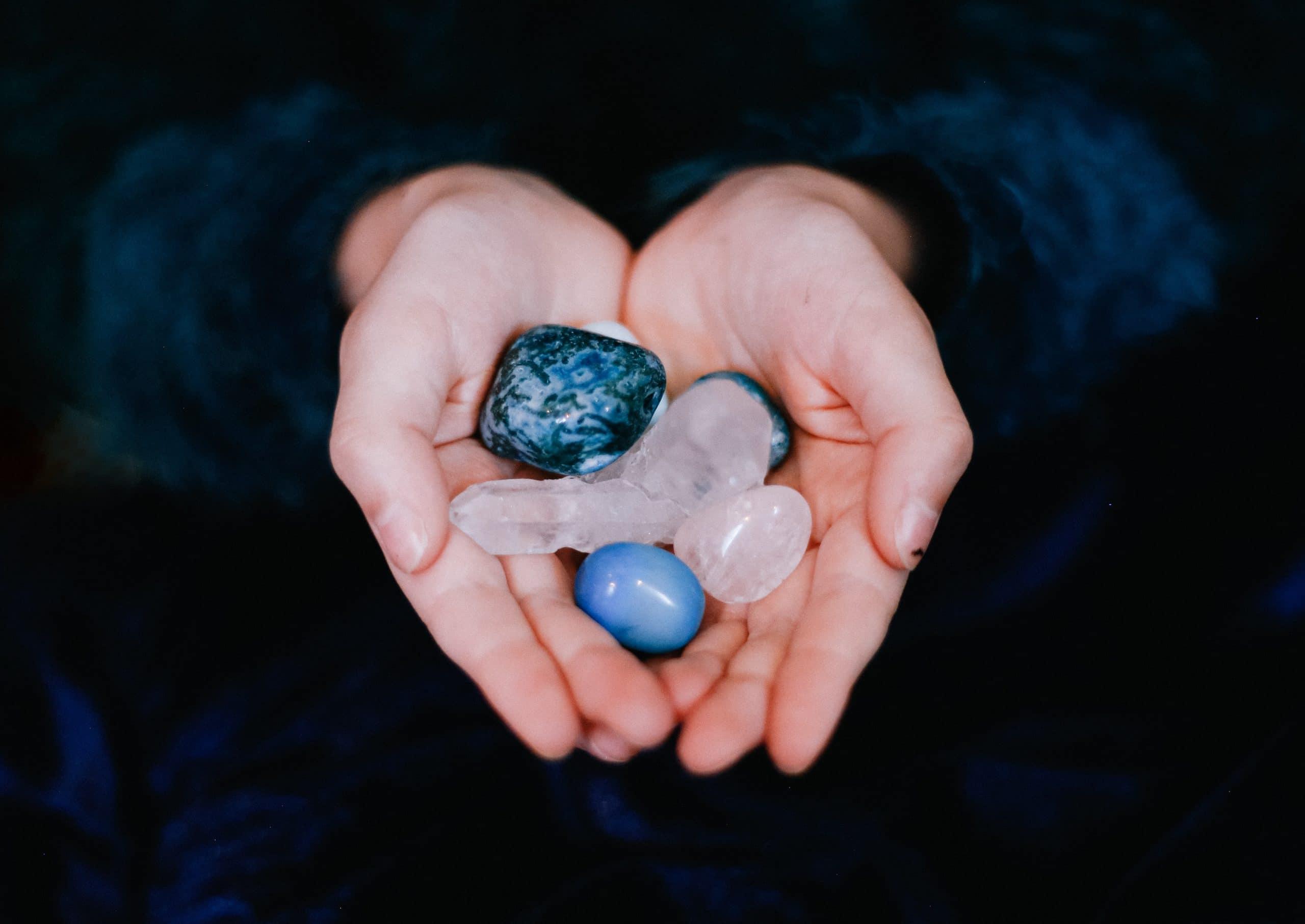 Verschillende helende kristallen in handen