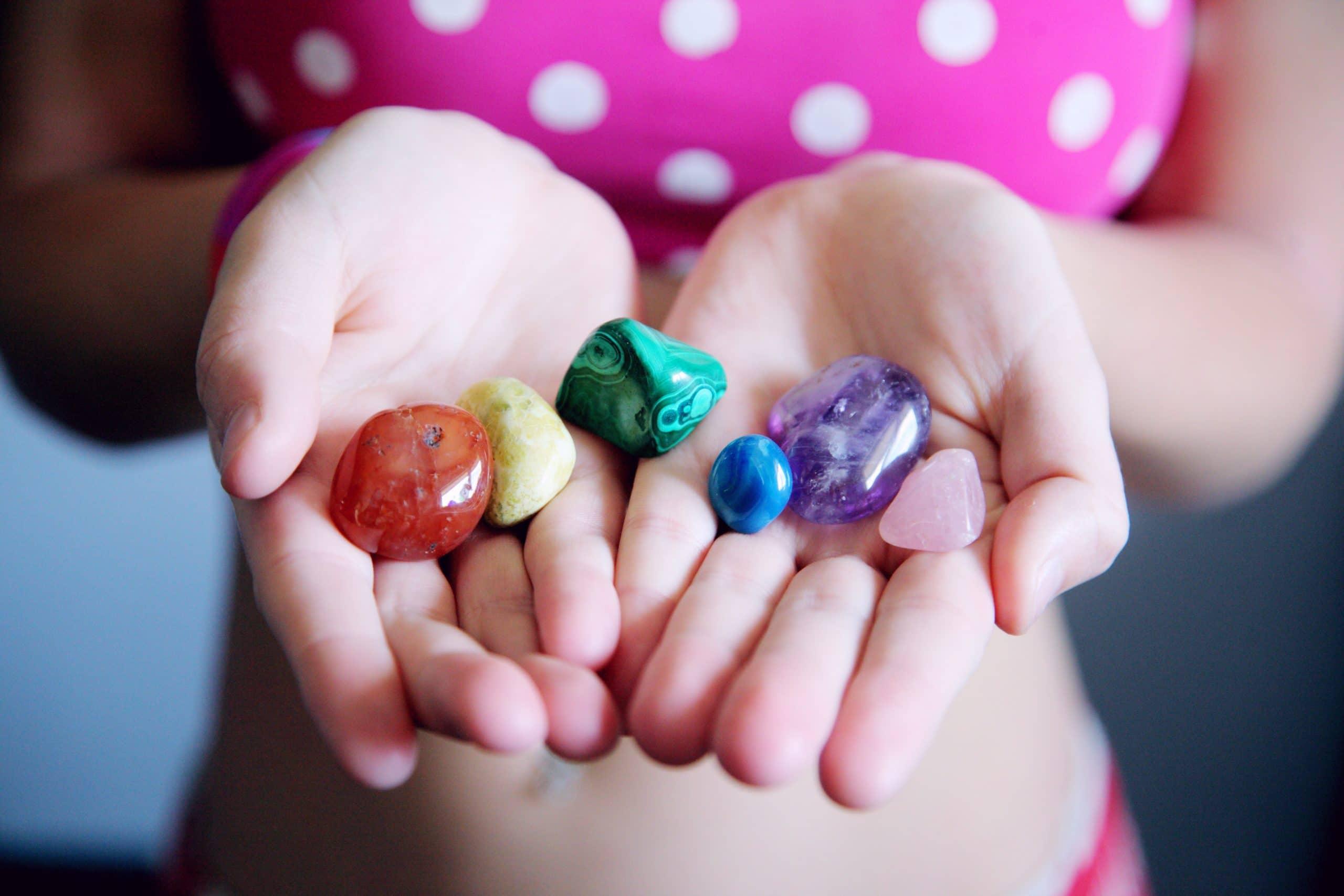 Zes geslepen edelstenen in handen