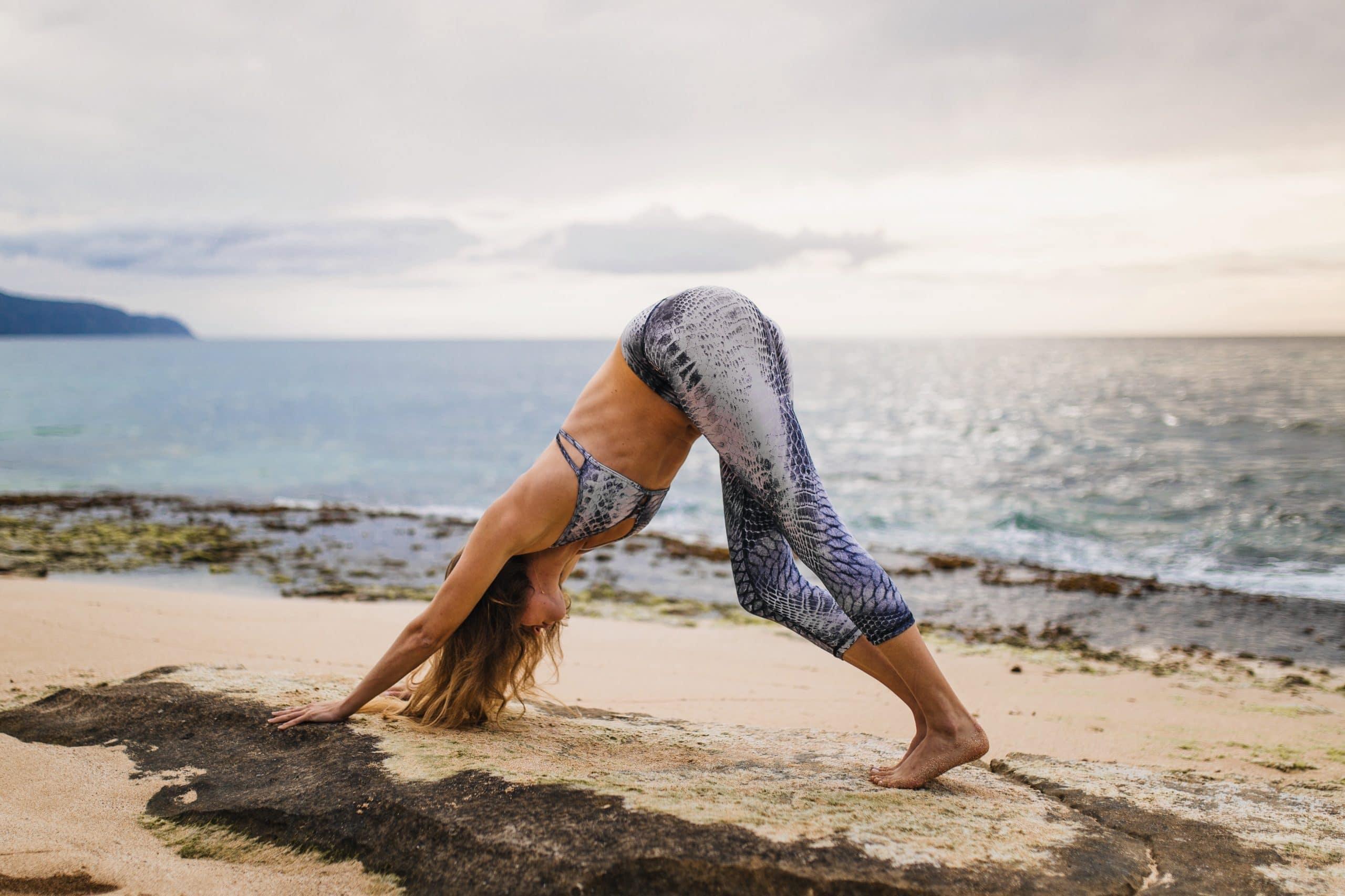 vrouw yoga op strand