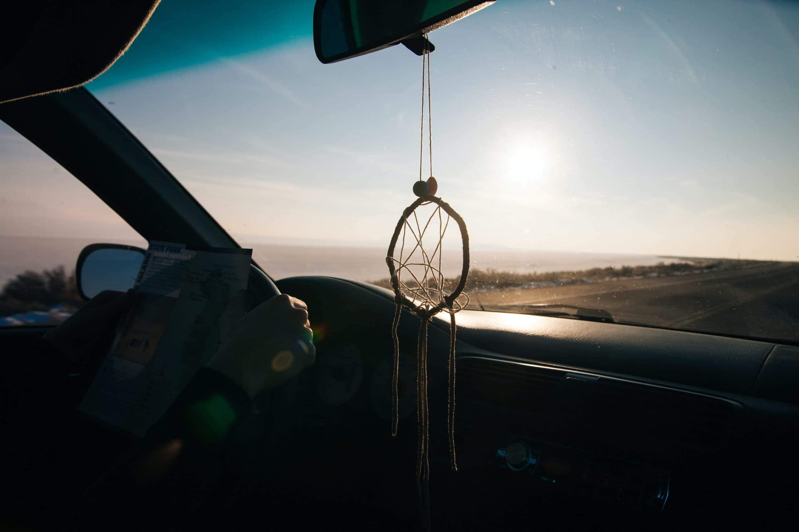 dromenvanger ophangen in de auto