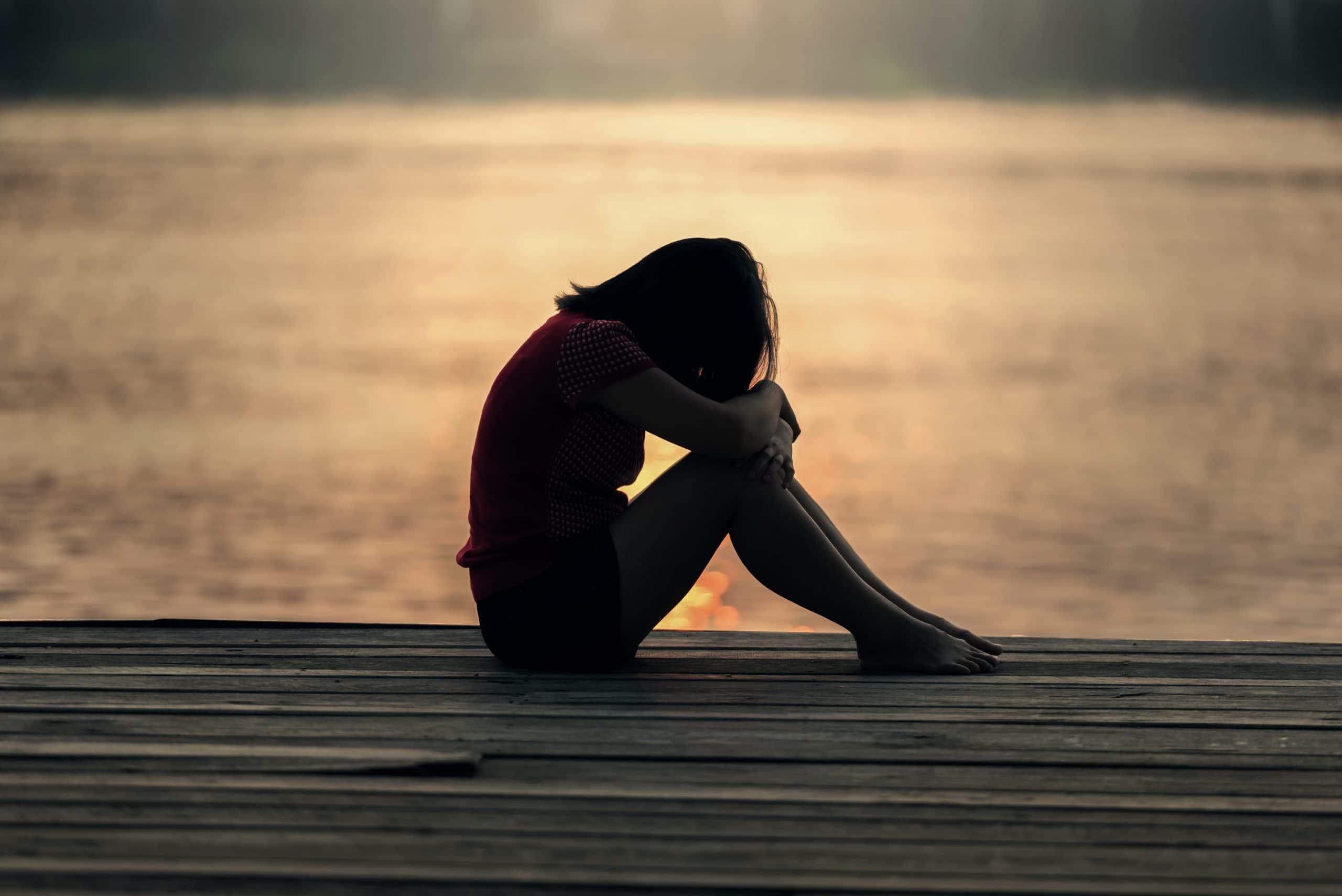 silhouet eenzame vrouw zonsondergang
